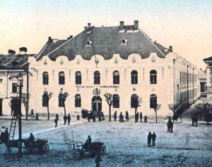 """Clădirea care adăposteşte astăzi Liceul """"Taras Şevcenko"""" a aparţinut iniţial Liceului """"Domniţa Elena""""."""