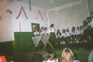 """Січень 2000. """"Вечорниці"""" у с. Ремети. Підготували учні 12-го Б класу та викл. Сеньків Ферцаді О. та Малярчук О."""